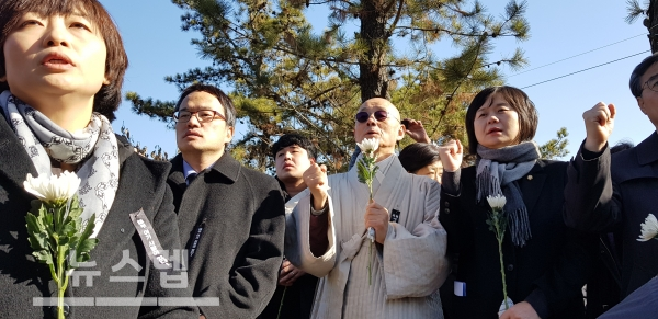 20일 용산참사 10주기 추모제에 참석한 더불어민주당 박주민 의원, 명진 스님, 정의당 이정미 대표(평화의 길 제공)